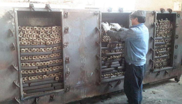 女强人返乡创业办木炭加工厂 废弃锯木面成致富之宝